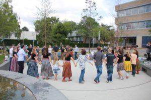 """Kõik osalejad tantsivad üheskoos """"Kaerajaani"""""""