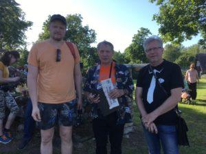 kirjanik Wimberg, aaviklane Jaan Õispuu ja raadio Kadi ajakirjanik Tõnis Kipper Aavikunurga väravas