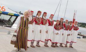 """Tulekandja Tiiu Assafrei tantsulastega (foto M.Kämära -ajaleht Põhjarannik"""""""